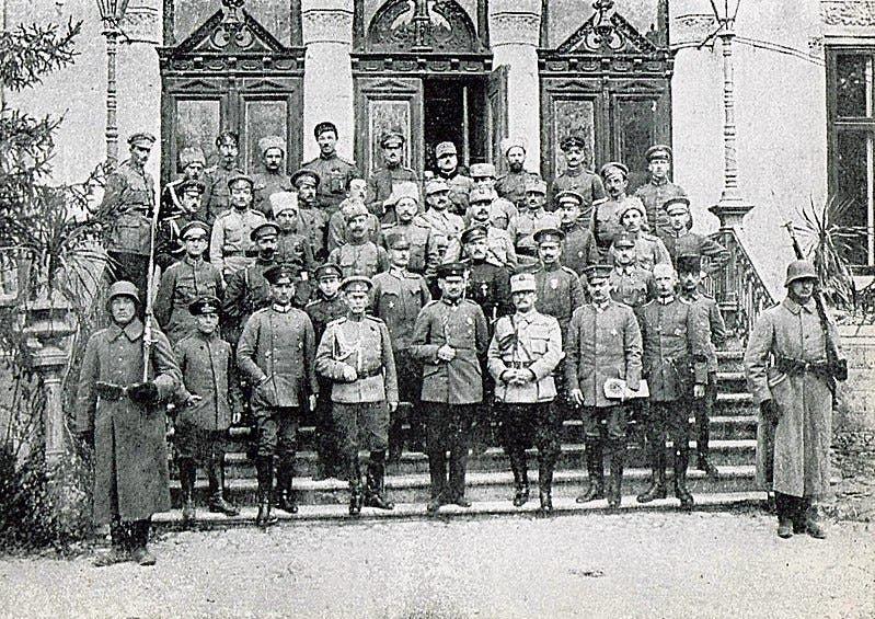 صورة للوفود التي ناقشت هدنة عام 1917 بين رومانيا والقوى الوسطى