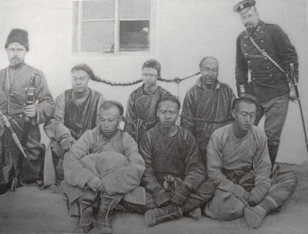صورة لعدد من الهونغهوزي عقب اعتقالهم من قبل الروس