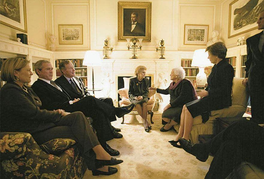 جورج بوش الأب وإلى جانبه بوش الابن من داخل المنزل