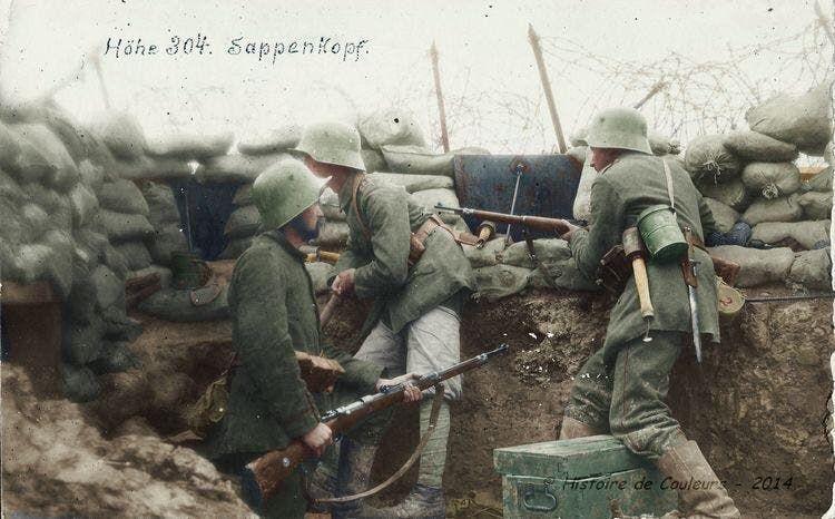 صورة ملونة اعتمادا على التقنيات الحديثة لعدد من الجنود الألمان بالخنادق خلال الحرب العالمية الأولى