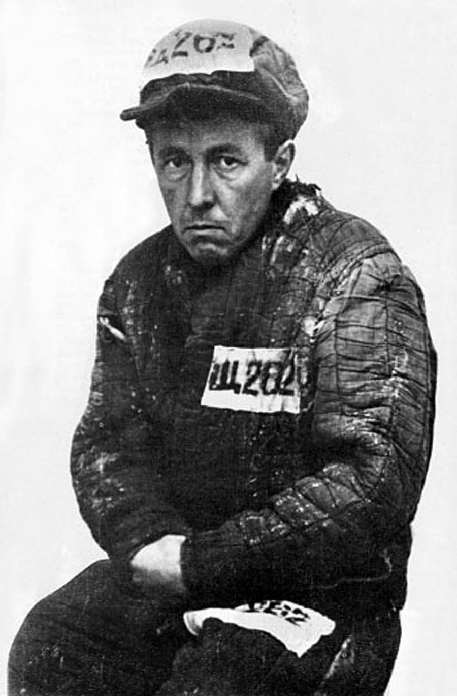 ألكسندر سولجنيتسين وهو يرتدي ثياب معتقل بالغولاغ
