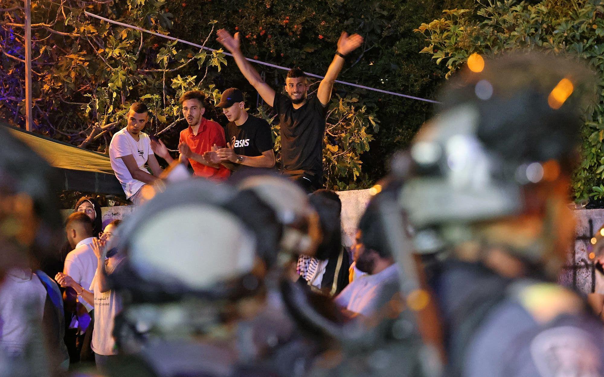 متظاهرون فلسطينيون في حي الشيخ جراح (أرشيفية من فرانس برس)