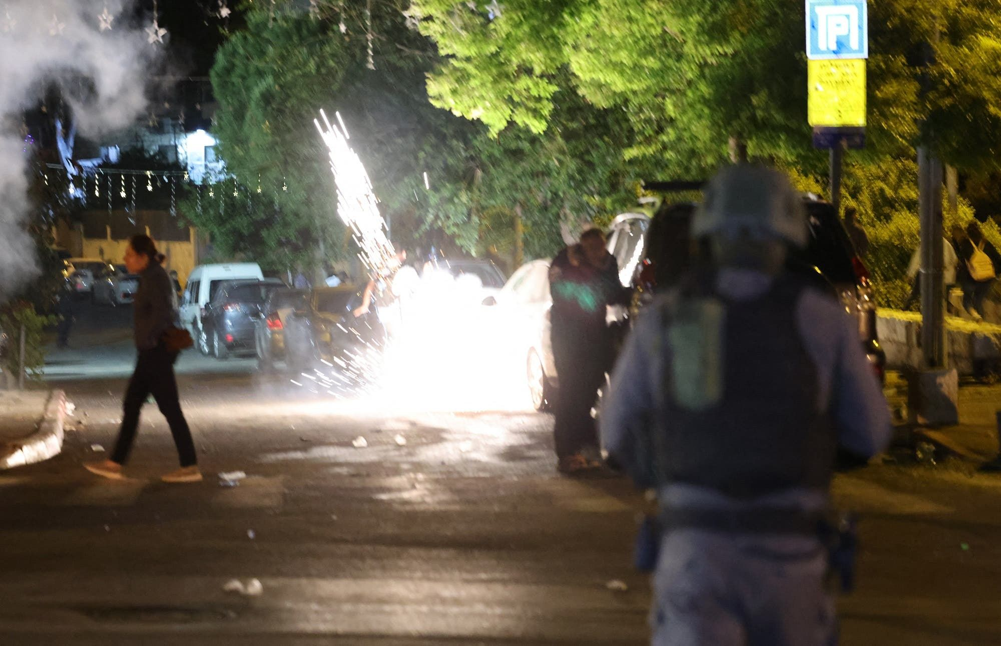 اشتباكات بين الشرطة الإسرائيلية والمتظاهرين الفلسطينيين في حي الشيخ جراح يوم 7 مايو (فرانس برس)