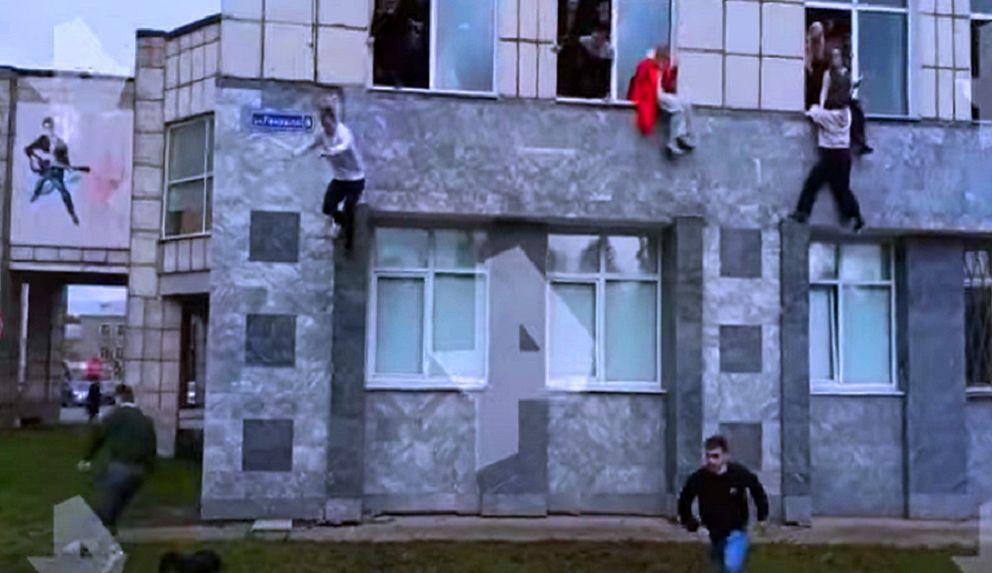 طلبة يقفزون من النوافذ أثناء إطلاق النار