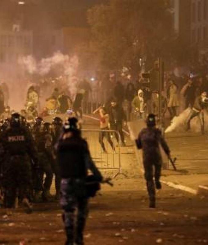 بالفيديو: القوى الأمنية تلاحق المتظاهرين إلى مسجد الأمين