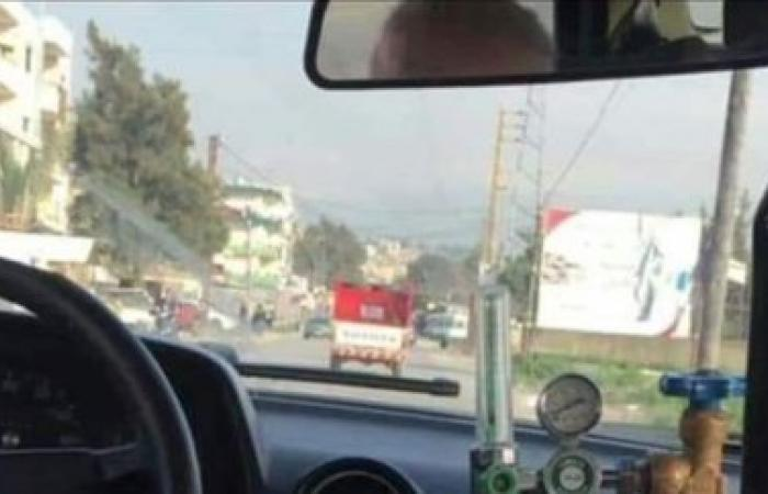 بالتفصيل... سائق تاكسي يعمل ويتنفس من أنبوبة الأوكسيجن.. صورة تشعل مواقع التواصل