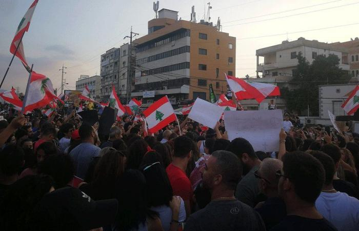 """تجمع الطلاب في جبيل: """"القطار متوقف حتى صيانة الوطن"""""""