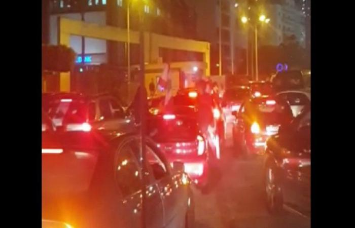 بالفيديو: أسلوب جديد للاحتجاج.. مواكب امام منازل النواب للضغط