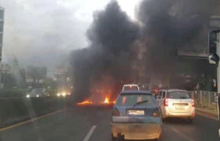 مجهول أحرق اطارات على أوتوستراد الزوق.. وهرب (بالفيديو)