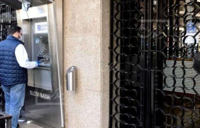 لا مؤسسات التحويل تفتح ولا المصارف: أموال اللبنانيين ضائعة
