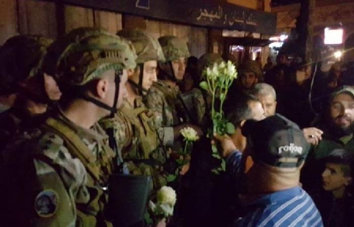 ورود من المتظاهرين إلى الجيش في ساحة النور