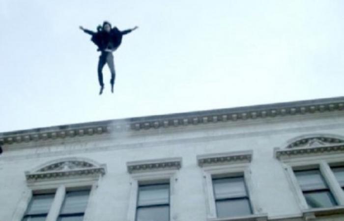 يقتل طفله ثم يقفز من النافذة