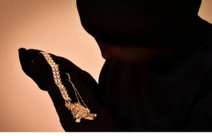 لص يفضح برلمانياً .. ثروة من الذهب في منزله!
