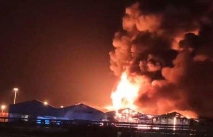 يذكر بحادث بيروت.. حريق ضخم بعد انفجارات عدة بمرفأ إيطالي