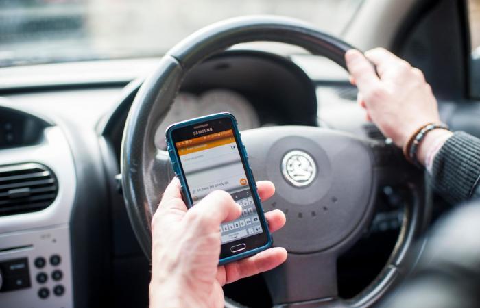 بريطانيا تحظر أي استخدام للهواتف المحمولة أثناء القيادة