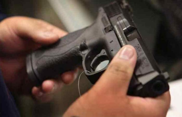 طفلة بعمر 3 سنوات تلهو بمسدس فقتلت والدها