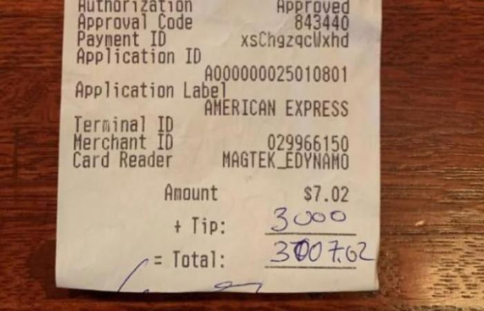 """""""لم يصدقوا"""".. طلب مشروباً بـ7 دولارات وترك هذا البقشيش!"""