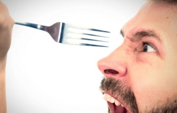 ضربته بشوكة طعام لرفضه اعطائها باسوورد الهاتف ..