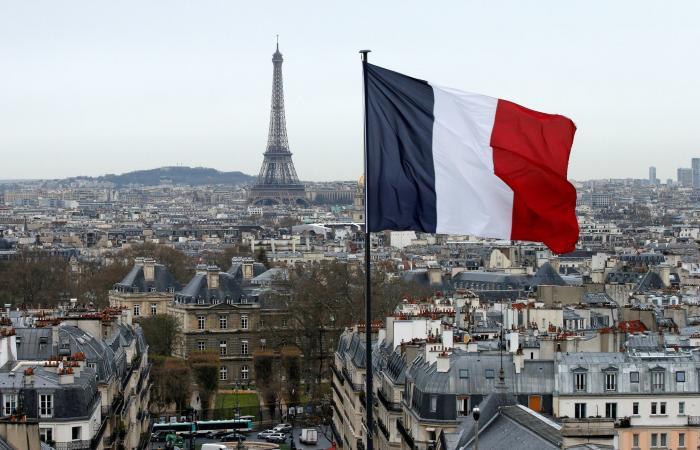 برج إيفل الفرنسي.. بلون جديد