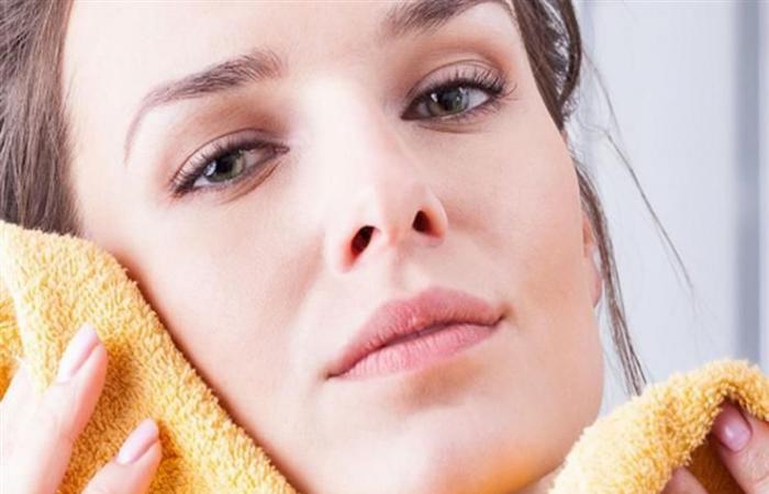 لا تستخدمي منشفة لتجفيف وجهك لهذه الأسباب