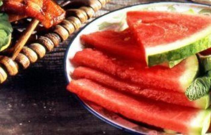 البطيخ ثمرة جمالك فى الصيف.. يحارب الشيخوخة ويمنحك شفاه وردية