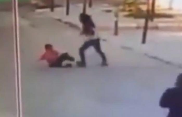 شاهد.. لبنانية تعتدي بوحشية على طفل سوري وتهدد بترحيله