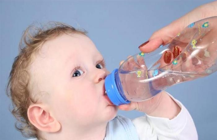 لا تعرضيه لهواء المروحة.. نصائح للأمهات للتعامل مع الرضع أثناء الحر
