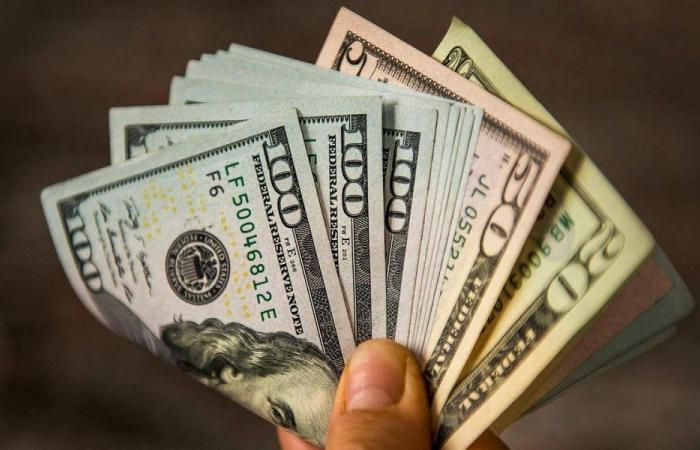 الدولار يعود إلى الـ 15000 ليرة!