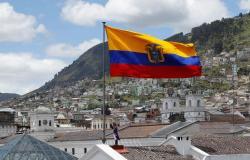وفاة 12 شخصا نصفهم أطفال بانقلاب حافلة في كيتو