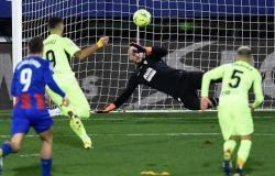 ثنائية سواريز تُبعد أتلتيكو مدريد عن منافسيه