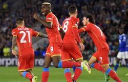 نابولي يفوز على أودينيزي وينتزع صدارة الدوري الإيطالي